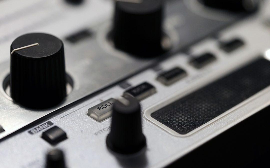 Ikke juster volumet med volumknappen på digital-pianoet når du øver